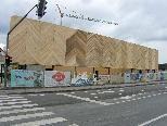 """Bild: Die neue """"Parkettfassade"""" des künftigen Zoofachgeschäfts in Altenstadt."""