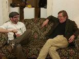 Bild: Gottfried Bechtold beim Blind Date mit dem Künstlerkollegen Tobias Maximilian Schnell auf der Couch.