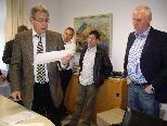 Bürgermeister Helmut Lampert gibt das Ergebnis bekannt.