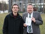 Bürgermeister Karl Wutschitz (re.) und Projektleiter Mag. Christian Fehr präsentieren das neue Leitbild für Sulz.