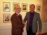 Bürgermeister Xaver Sinz gratuliert dem wiedergewählten Kommandanten Guntram Matt.