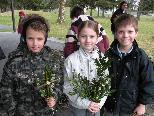 Daniel, Celine und David kamen auch zum Palmbuschenbinden.