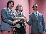 Der vermeintliche Revisor (Matthias Bundschuh) mit zwei skurrilen Typen der Stadt.