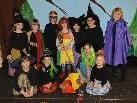 Die Kinder spielten sich mit der kleinen Hexe gleich in die Herzen der Zuschauer.