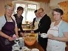 Die Köchinnen kochten rund 100 Liter Suppe.