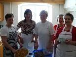 Die Köchinnen verwöhnen die Gäste mit verschiedenen Suppen.