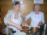 Die Missionskreis-Frauen hatten beim Suppentag alle Hände voll zu tun.