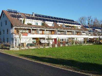 Die Nachrüstung der Solaranlage mit Anbindung an die Gasheizung erfolgte auf Privatinitiative der Hausgemeinschaft.