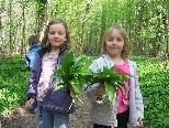 """Die zwei """"Frühlingskinder"""" Clara und Sonja genießen den frischen Bärlauch"""