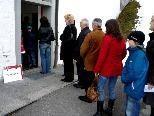 Eine lange Schlange vor dem Wahllokal bildete sich nach dem Kirchgang.