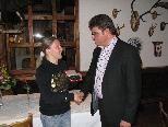 Erika Netzer erhält von Sportreferent Arthur Tagwerker das Sportehrenzeichen der Stadt Bludenz.