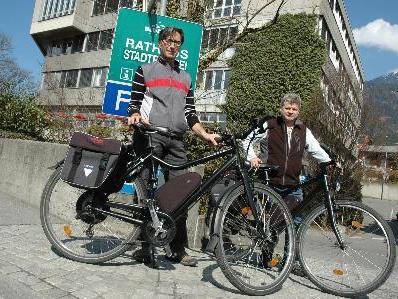 Foto Amtboten mit E-Fahrrad vor Rathaus