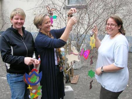 Harriet Maierhofer, Marianne Jaspers und Brigitte Mathis beleben die Marktstraße.