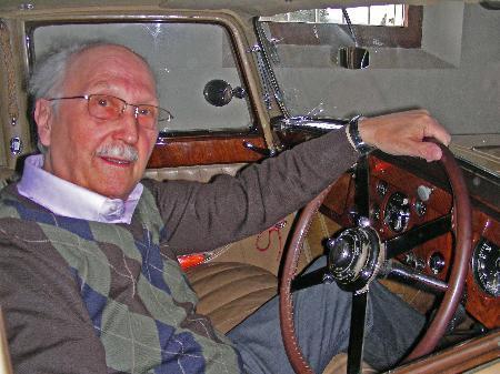 Hinterm Lenkrad seines Bentley fühlt sich Emmerich Gmeiner sichtlich wohl.