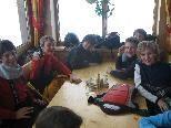 Im Restaurant auf der Albona wärmten sich die Schüler und genossen eine kostenlose Mahlzeit