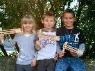 Janine, Justin und Dominik hatten sichtlich Freude mit ihren selbstgebastelten Ratschen