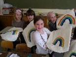 Jedes Kind gestaltet seinen eigenen Regenbogen.
