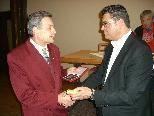 Manfred Konzett (links) erhält von Sportreferent Arthur Tagwerker das Sportehrenzeichen der Stadt Bludenz.