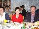 Nach dem Stress der vergangenen Stunden genießt der Satteinser Bürgermeister Anton Metzler sein wohlverdientes Schnitzel