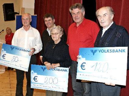 Obmann Josef Gantner und Bgm Mandi Katzenmeyer mit den Hauptgewinnern