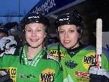 Patrizia Gmeiner (li.) und Maggie Brandner unterstützten die Helfer.