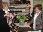 Roswitha Haslinger (links) eröffnete ein kleines Geschäft in Braz.