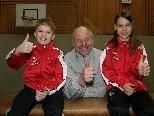 Strahlende Turnsportler Noah Winnen und Michelle Gabrielli mit Klassenvorstand Franz Höfel.