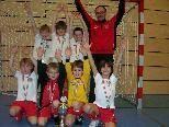 Trainer Kasim freute sich riesig mit seinen Jungs über den tollen Turniersieg in Kreuzlingen.