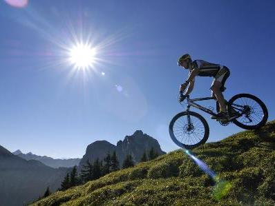 Downhillbiker und Wanderer kommen sich in den Bergen des Öfteren in die Quere.