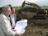 Ernst Nußbaumer und Bgm. Karl Hehle inspizieren den Baufortschritt.