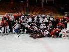 FBI VEU Feldkrich Spieler und Fans zusammen am Eis