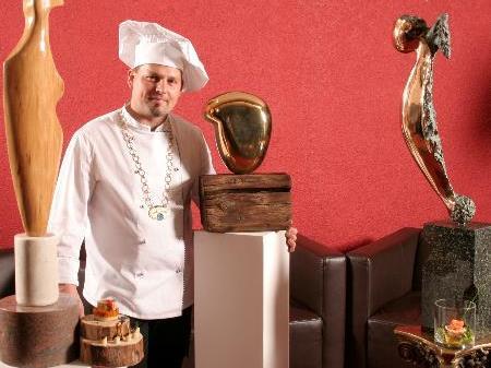 Global Master Chef Markus Vogel mit einem der ausgestellten Kunstwerke.