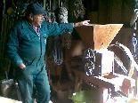 Hr. Summer an der Mühle in der der Mais zu Gries gemahlen wird