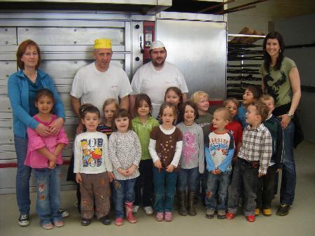 Kinder freuten sich über den Besuch in der Bäckerei Fuchs.