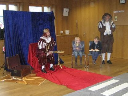 König Schlaugenau und sein Diener besuchten die Kindergartenkinder aus Raggal.