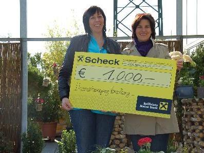 Mag. Christine Peyer vom Verein WomenLinkCraft überreichte einen Scheck über 1.000 Euro an Christine Palm von der Hospizbewegung