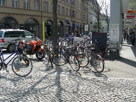 Neu geordnet werden die Abstellplätze für Fahrräder, Mopeds und Motorräder und die Haltestellen-Situation des Stadtbusses.