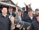Off Roader Krumbach überreichten Kinderflugtaginitiator Andreas Seeburger symbolisch 20 Kinderflüge.