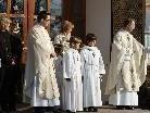 Pfarrer Solomon und Dekan Stefani begleiteten ebenfalls die Erstkommunikanten