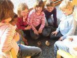 Sehr behutsam bestaunen die Kinder die kleinen Kücken