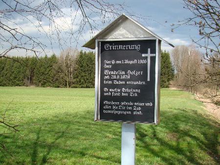 """Tafel-Inschrift: """"Er suchte Erholung und fand den Tod. Wanderer gedenke seiner und aller, die im Tode vorausgegangen sind."""""""