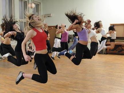 Tanzen macht in jedem Alter Spaß. (Foto: Imagesource)