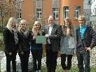 Überreichten mit Stolz die Spenden an Bürgermeister Huber: v.l. Sabrina Pöschl, Sarah Wäger, Sabrina Müller, Bürgermeister Werner Huber, Johanna Jost & Michael Ellensohn