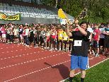 Bild: Dir. Mag. Ulrich Sandholzer gibt das Startzeichen für den Sponsorenlauf im Waldstadion mit der Starklappe.