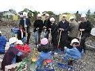 Bild: Kindergärtler, Politiker und Baumeister bemühten sich mit Spaten und schwerem Baugerät um einen zügigen Baubeginn.