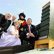 Bundestheater-Chef Georg Springer, Friedrich Haselsteiner (Bienenfreunde), Heidrun Singer (Plattform Imkerinnen Österreich) und Umweltminister Niki Berlakovich nebst Bienenstock