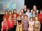 Daniela Thaler ( Musical - Kids Liechtenstein ) mit einigen Teilnehmern des Talenteabends.