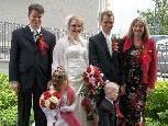Das Brautpaar mit den Trauzeugen und Kindern