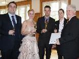 Das Brautpaar mit den Trauzeugen und dem Standesbeamten.