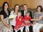 Das Brautpaar mit den Trauzeuginnen und Kindern